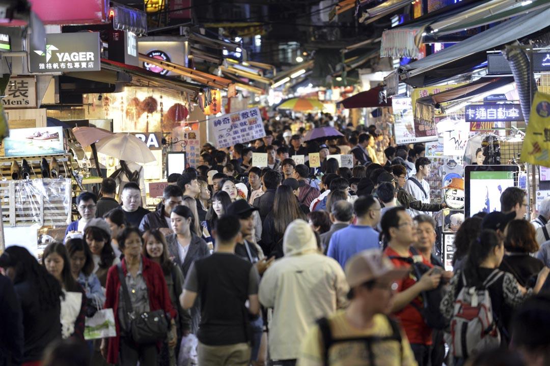 九年前交通部觀光局就積極爭取米其林指南來台,針對台北的餐廳作評估。但可惜經過初探試吃後,作出了「夠資格的餐廳數量不足」的結論,進而轉為評鑑旅遊的專書—綠色《台灣米其林指南》,並於2011年4月出版。圖為台灣著名的士林夜市。