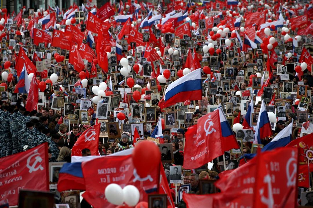 2017年5月9日,莫斯科紅場舉行勝利日巡遊,民眾拿著二戰中死去的親人和朋友的肖像悼念。