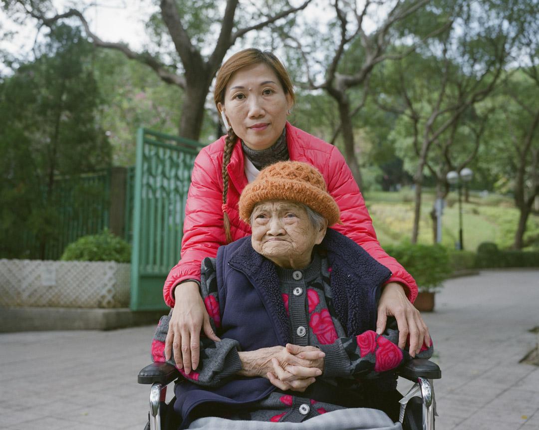 麥美𡖖的工作是一名陪診員,至今已經入行9年,簡單來說,陪老人看病就是她每天的工作。在麥美𡖖看來,陪診員其實是陪伴一個老人,一起去面對疾病甚至死亡,而不僅僅是「把一個病人推給醫生」。