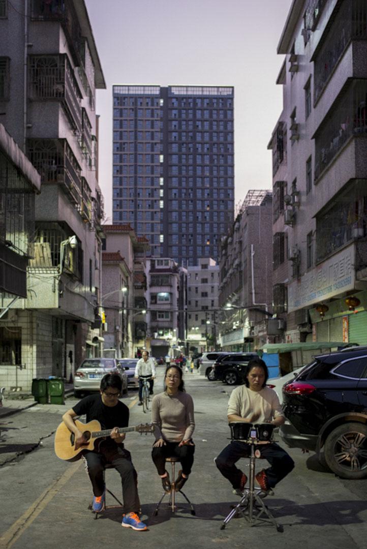 「重D音」樂隊的主唱黃小娜是大陸屈指可數的工人音樂創作歌手,曾登上為勞動者舉辦的「打工者春節晚會」的舞台。受訪當天應要求在橫崗「重D音」音樂室外演唱。