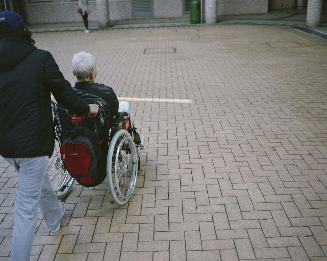 陳淑芳表示,在她工作過的私人院舍,由於人手不足,一個照顧員要應對數十個老人,許多工序和做法都是為了讓「打工的更方便」。