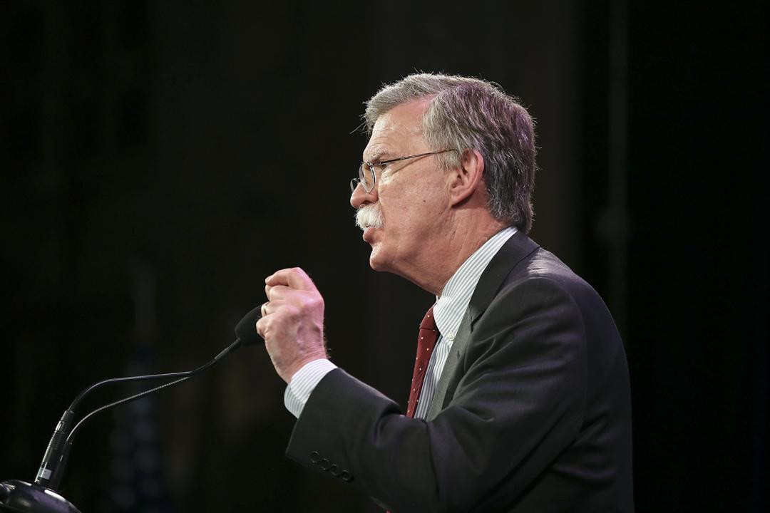 被傳媒形容為「超級鷹派」的美國駐聯合國前大使博爾頓(John Bolton),獲總統特朗普任命為國家安全顧問。2015年1月24日,博爾頓(John Bolton)在愛荷華州自由峰會上發表講話。