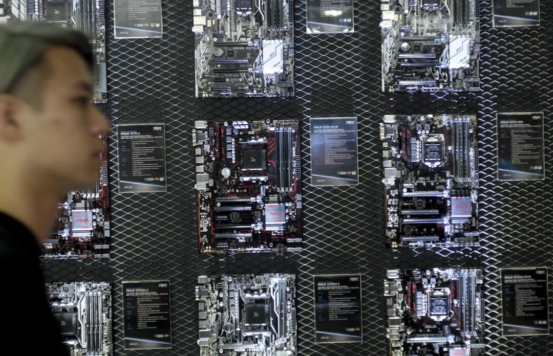 顏擇雅:先看一個現象:台灣的悶經濟烏雲,其實有個「超亮的金邊」:3D列印、大數據、物聯網、醫療雲、教育雲等近兩年冒出的每個名詞,背後都代表好幾種高成長產業。圖為2017年5月30日的台北科技展。