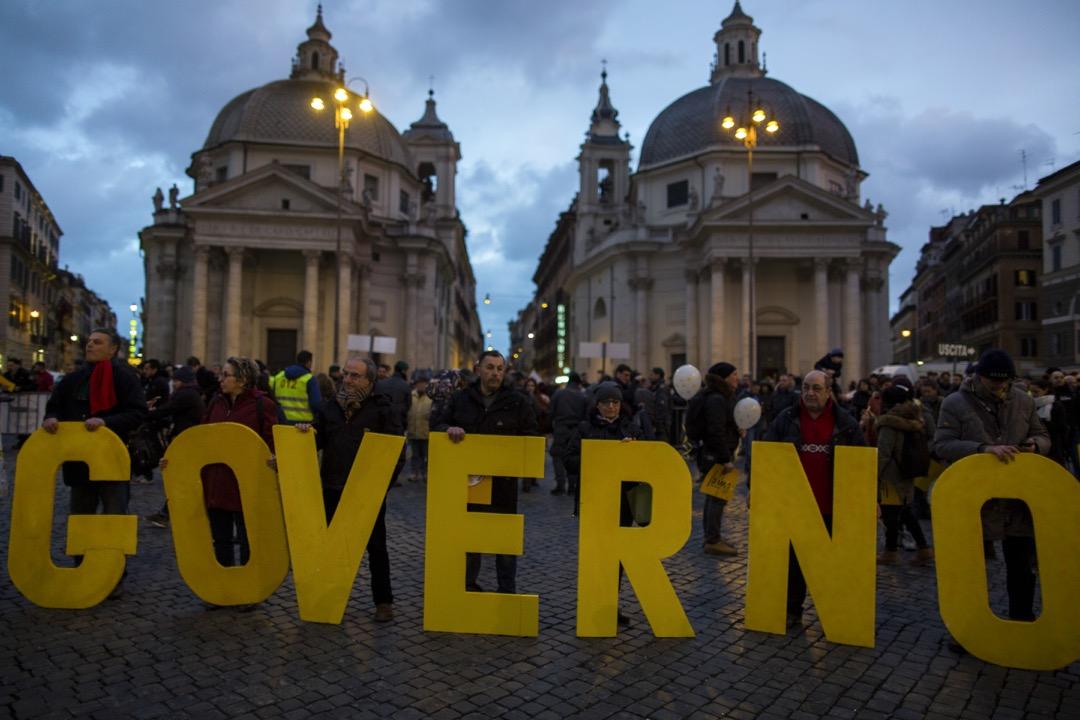 在上一輪民粹主義衝擊後,歐洲大國已經顯示出衰弱勢頭時,意大利這個西歐最薄弱的環節卻獲得了突破性進展,由迪馬奧領導的反建制政黨「五星運動」成為最大贏家。圖為「五星運動」選舉日前最後一場造勢活動,支持者拿著串出意大利文「政府」的字母。 攝:Christian Minelli/NurPhoto via Getty Images