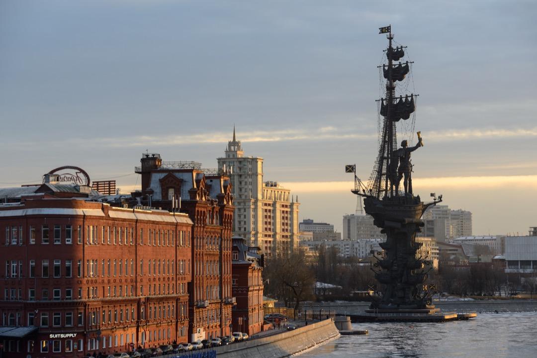 豎立在莫斯科河畔的彼得大帝雕像。