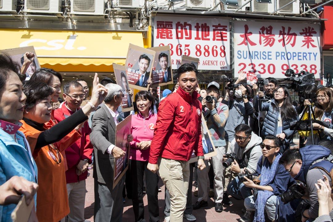 鄭泳舜與多名建制派議員在黃埔港鐵站外拉票。