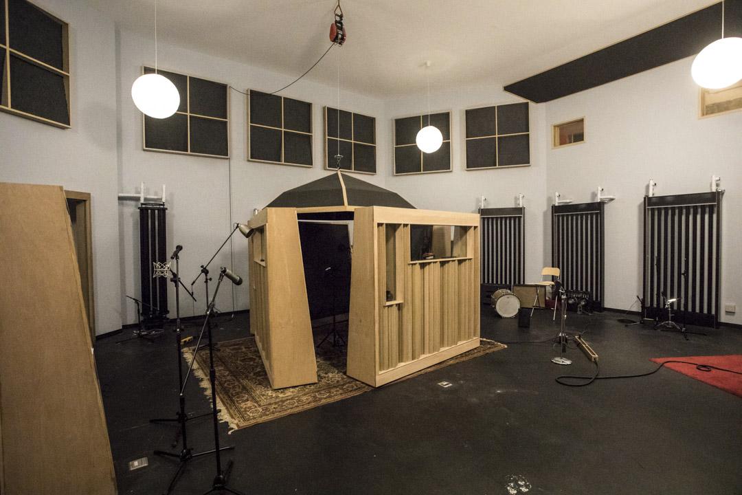 在玉成戲院錄音室,董事長樂團擁有更大的空間感,營造以往做不到的聲響。遼闊的錄音空間,可以錄真實的傳統樂器,甚至弦樂,可以錄樂團同步,可以錄各種類型的聲響。