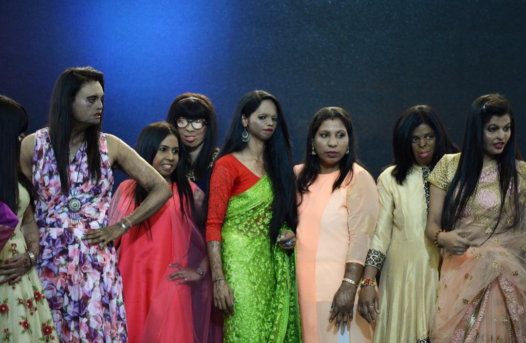 2018年3月7日,婦女節前夕,在印度城市塔那,有團體為受腐蝕性液體襲擊的倖存者舉辦時裝表演,希望喚起公眾對婦女受腐蝕性液體襲擊的關注。