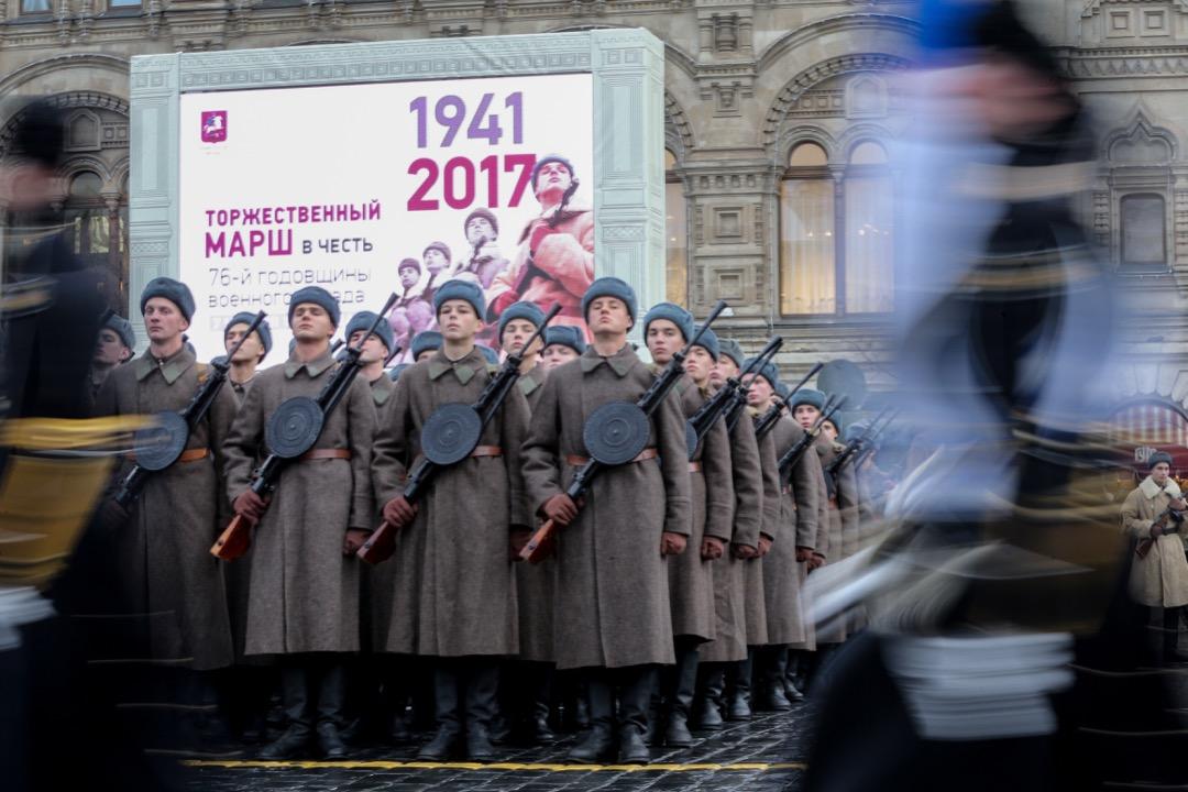 百週年紀念的前夕,紅場以及周圍街道上的公共熒幕上無不展示着「衞國戰爭」勝利的宣傳畫,清晰地標記着「1941-2017」——在這一時間線索上,這個日子失去了100週年的莊重,而是語焉不詳的56週年,一個平凡的上班日。
