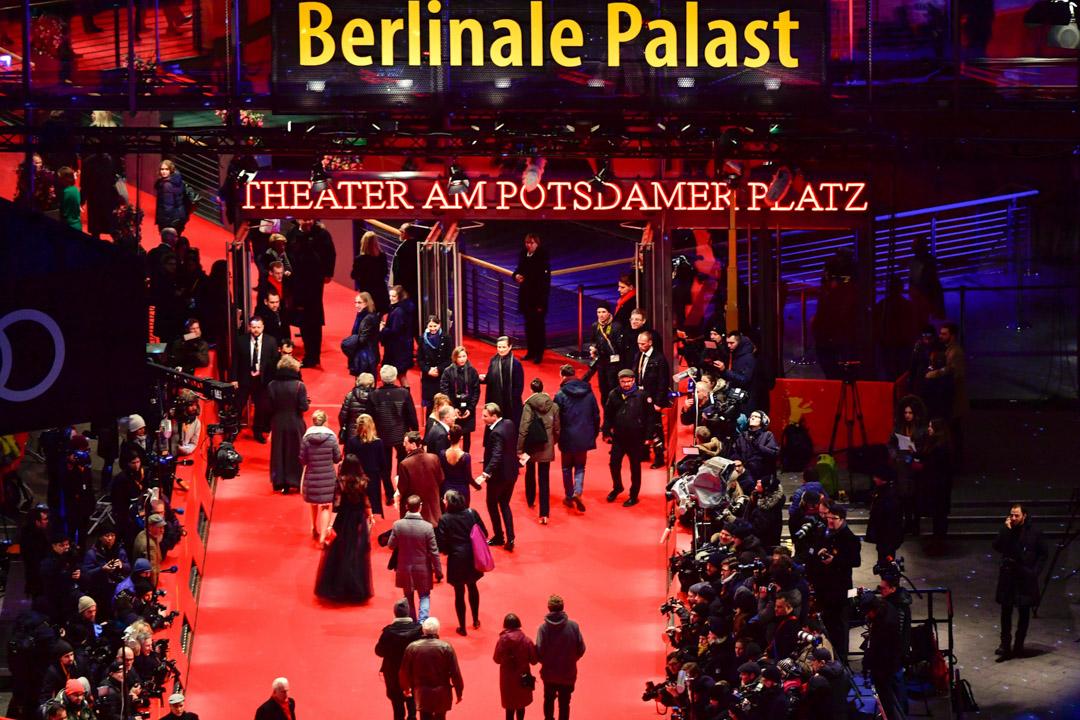 在康城及威尼斯影展相較之下,即將邁入七十古稀的柏林影展,近年主競賽片單總是遭到水準乏善可陳的批評。柏林影展總在寒冬舉辦,影展主場館落在曾是歐洲最繁忙的交通樞紐和商業中心、二戰期間被徹底摧毀成為廢墟的波茨坦廣場,步出氣派堂皇的「柏林宮」,放眼望去,沿途充滿柏林圍牆存在的痕跡。 攝:John Macdougall/AFP/Getty Images