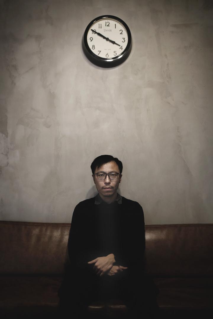 雙雪濤是八零後,出生於遼寧瀋陽,少年時經歷父母從工廠下崗,他在吉林大學唸完法律系之後,回到家鄉的銀行工作,然後娶妻、生子,平靜地生活,人生的前半程幾乎從未離開過東北。