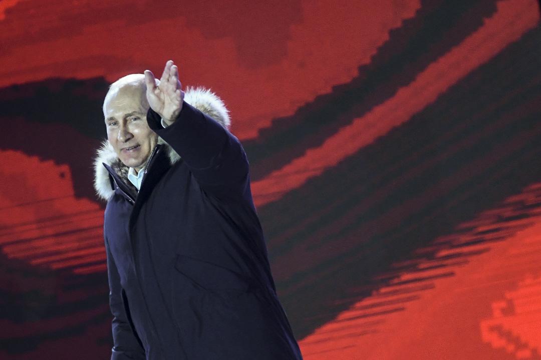 普京於競選造勢集會重提四年前的公投,分析人士指想激起當時公投贊成克里米亞入俄的人出來投票,當時八成的投票率,97%的人認為克里米亞應當脱離烏克蘭,納入俄羅斯,這些人自然就是普京的鐵票,亦再次亮出愛國主義牌。