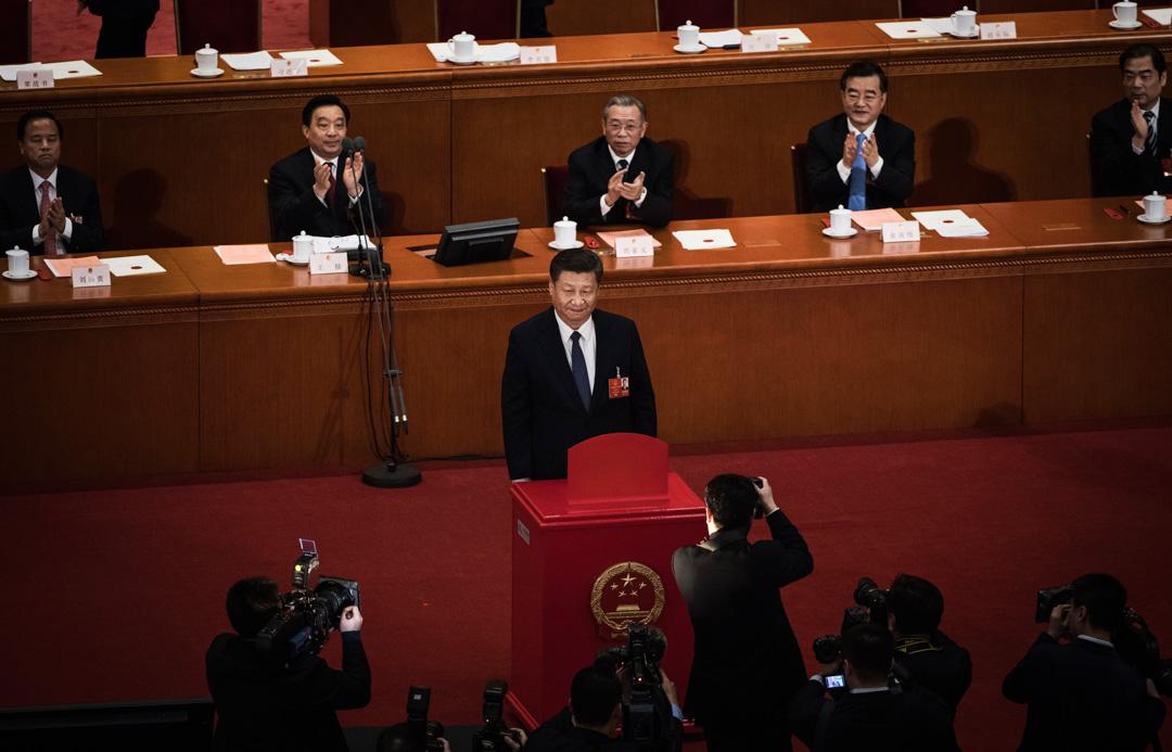 2018年3月11日,北京人民大會堂,國家主席習近平於中華人民共和國全國人民代表大會上,為修憲投票後,站在票箱前讓傳媒拍攝。