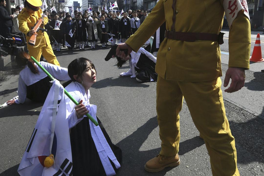 2018年3月1日,首爾有示威團體於南韓獨立於日本殖民統治99周年時,在街頭重演當時日本殖民時期被迫害的街頭劇。