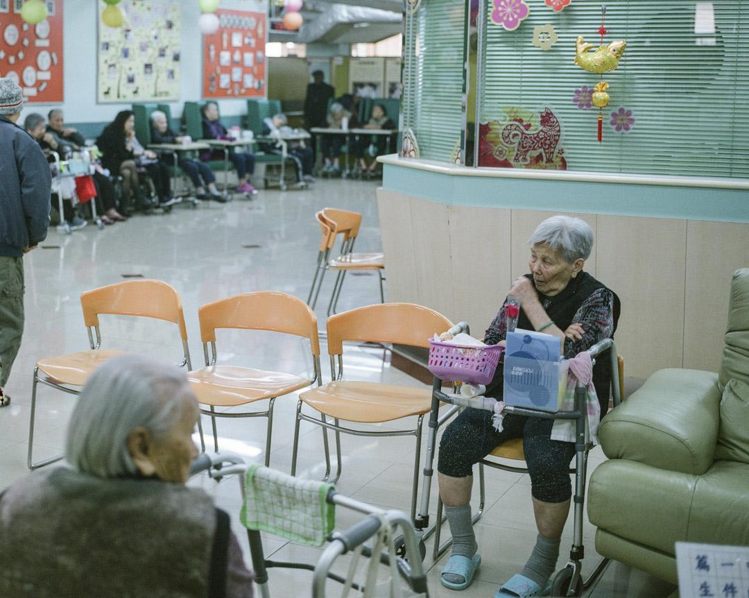 20多年後的今天,香港長者人口比97年增長約94%,接近一倍,但是安老院條例、安老規劃卻再無更新,照顧長者的責任,徹底從政府轉移到私人市場。