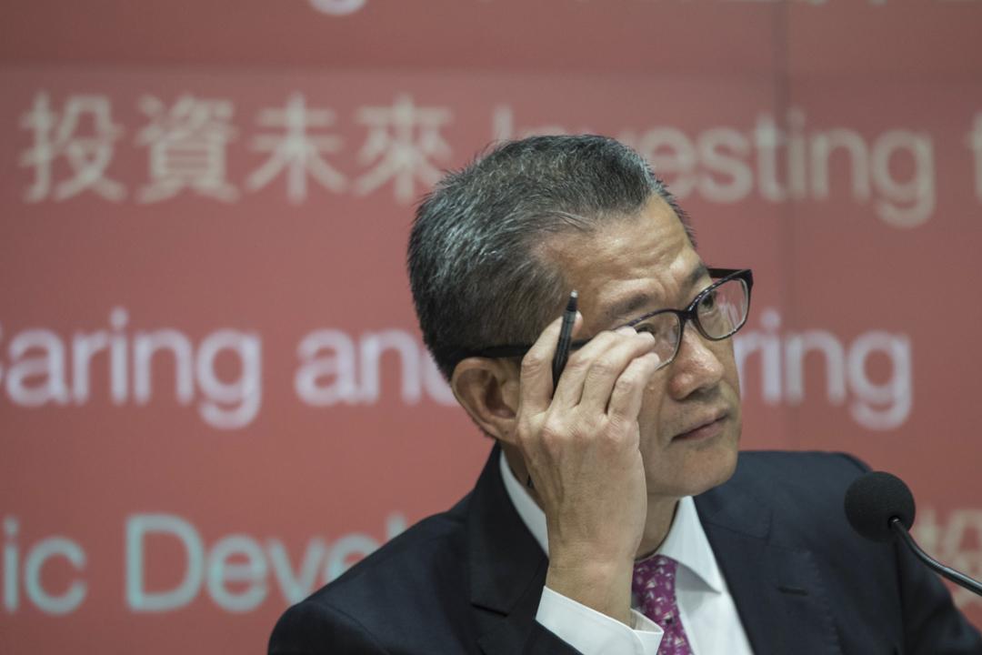 2018年2月28日,香港財政司司長陳茂波發表2018至2019年度《財政預算案》,於下午召開記者會回答記者對預算案的問題。 攝:Stanley Leung/端傳媒