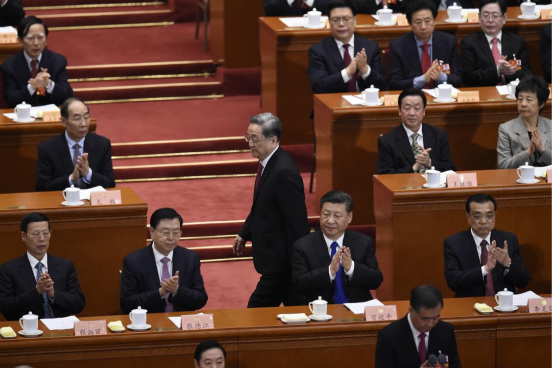 2018年3月3日,中國全國政協第十三屆一次會議在北京開幕,全國政協主席俞正聲發表工作報告時走過主席台。 攝:Wang Zhao/Getty Images
