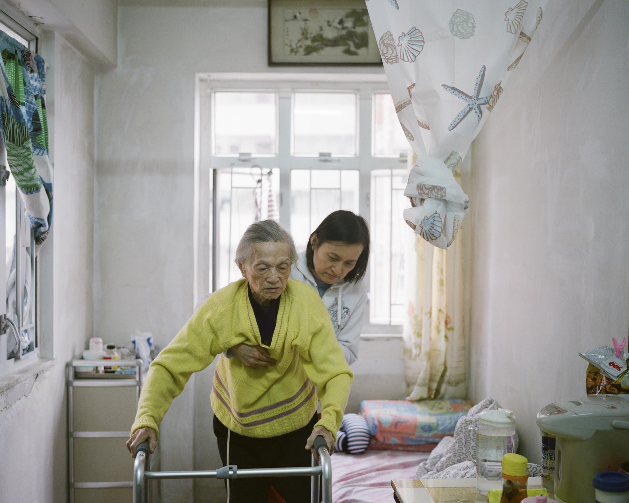 在難堪的重負中,不少家庭選擇了另一條路:將體弱老人交託於有專業照顧的安老院舍。但院舍能安老嗎?許愛玉已經失去信心。 攝:林振東/端傳媒
