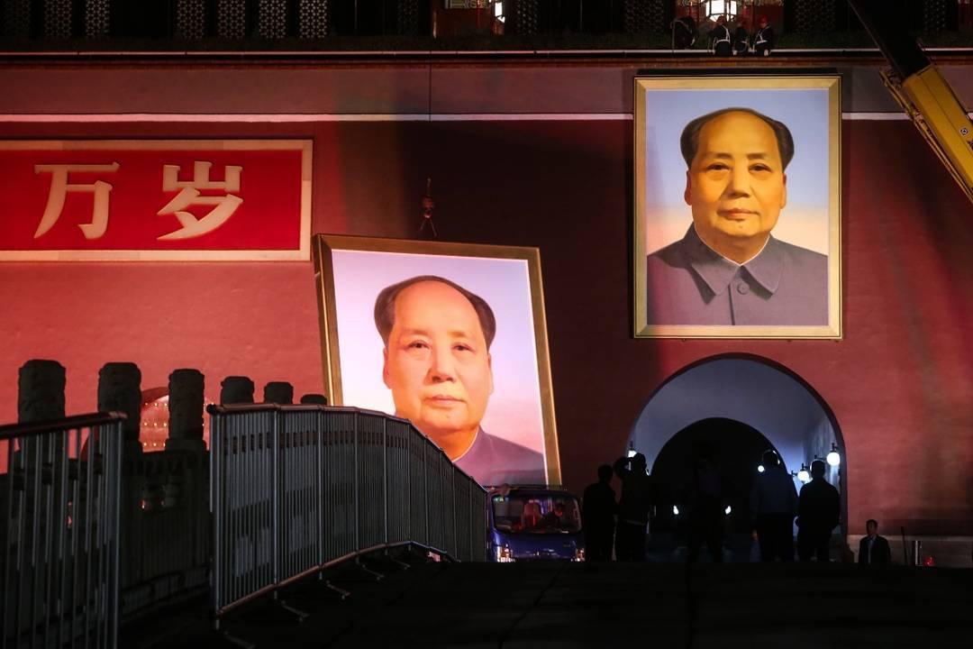「雖然最近幾年一些國家執政者開始通過修改法律來延長自己的執政任期,但他們最終無一不成為遭批判和指責的小丑。」 攝:VCG via Getty Images