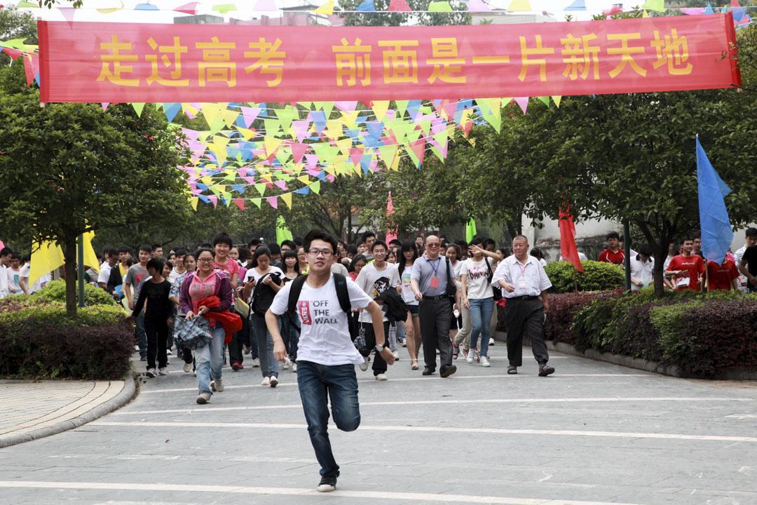 廣西一位高中生於高考考畢後跑步離開考場。 攝:VCG/VCG via Getty Images