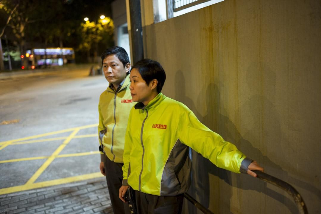 2018年2月26日凌晨零時,葉蔚琳與同為九巴司機的丈夫在九巴昂船洲荔廠外。