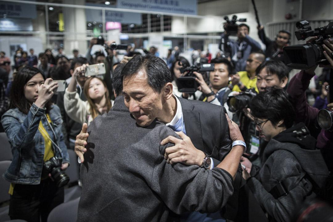 2018年3月12日,立法會補選結果公佈,姚松炎以2419票的差距,鎩羽而歸。在點票中心公眾席上與支持者擁抱,眼泛淚光。