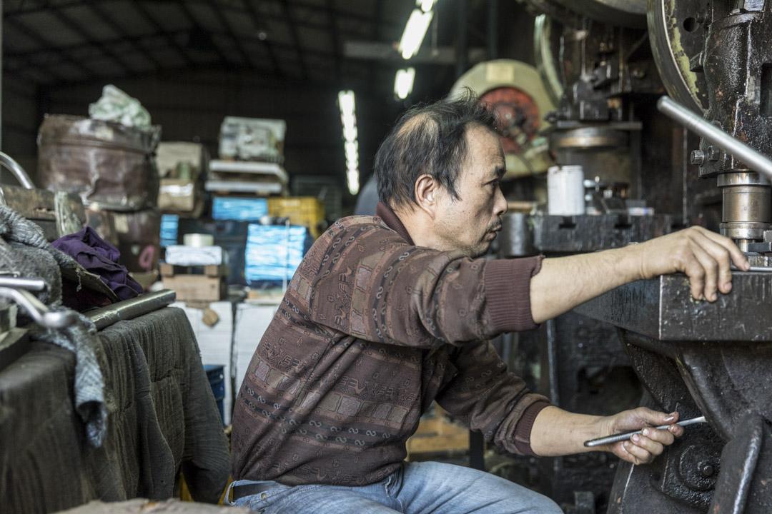 「以後看我兒子要不要做啦!不要做,工廠就收起來;如果要做,就給他接手,假如走到沒辦法,自然淘汰就淘汰了。」鐵皮工廠內的林朝山這麼說著。