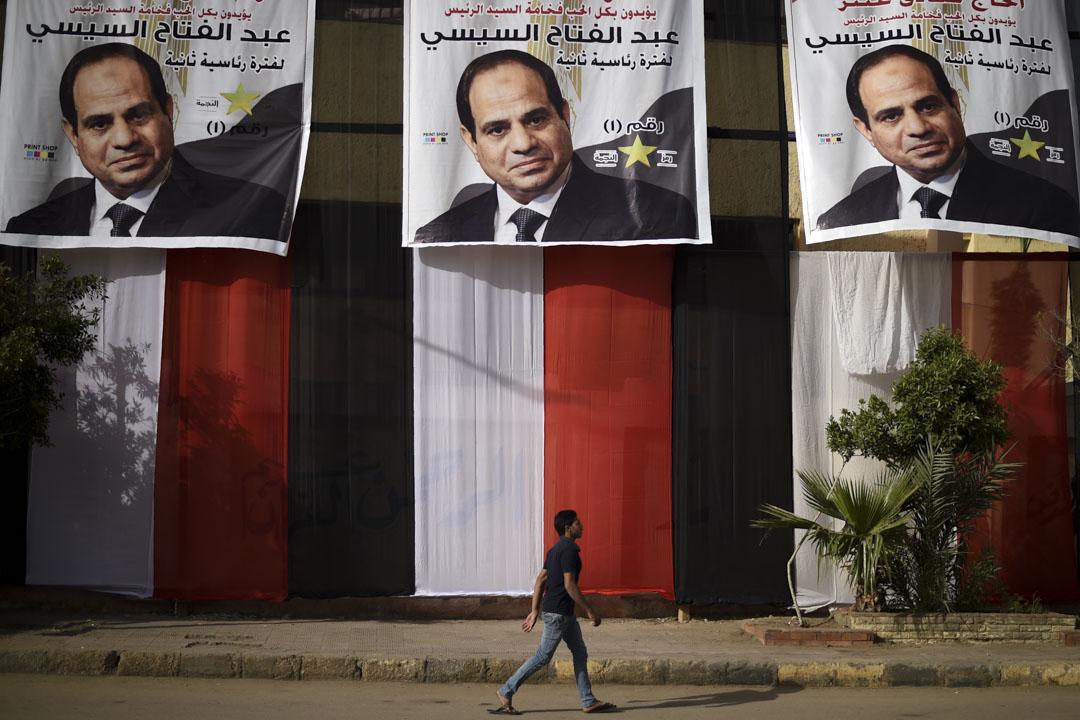 開羅街上被海量的塞西競選廣告海報淹沒,海報的設計稱不上五花八門,但樣式都數得出來,是安全部門發給設計師的,並透過「半脅迫」的方式要求商家自費貼上。