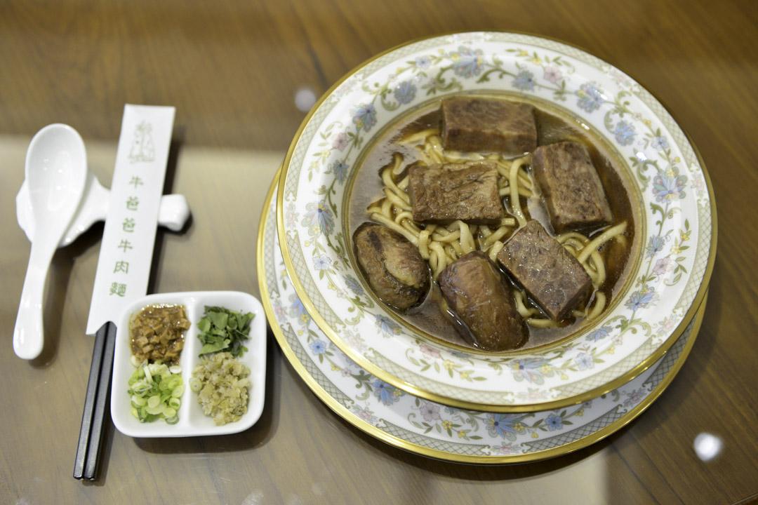 牛肉麵才是真正發源自台灣的台灣小吃,且被發揚光大、百家爭鳴,幾乎每個台灣人都有一張自己心中的牛肉麵地圖。不少外國遊客也被這「麵多料實在、平價又管飽」的吸引,列為來台必嘗的美味。