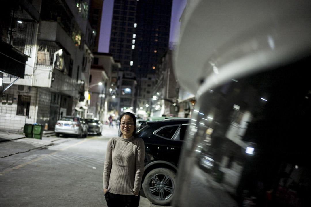 黃小娜是80後,中國政法大學法律系的高材生,大學畢業時,到了位於深圳的勞工NGO「小小草工友家園」,工作是為職高學生提供務工培訓。期後加入小小草的工友文藝隊,和鼓手董軍相識相戀、結婚生子,並加入了樂隊的創作。