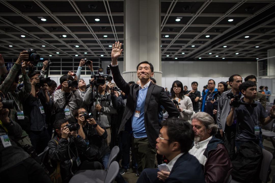 2018年3月12日凌晨,香港立法會補選九龍西選區候選人姚松炎,於落敗後到中央點票中心的公眾席向支持者揮手。 攝:陳焯煇/端傳媒
