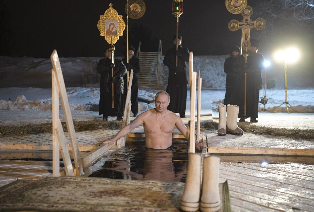 俄羅斯真正需要面對的問題,是2024年普京將過70歲,他必然要開始培養接班人。即使要培育新一代接班人,普京為避免將權位拱手相讓,亦可能是在任期快完結時才會動手,俄羅斯政壇仍將面臨數年的不確定局面。圖為2018年1月19日,普京在俄羅斯Tver 地區慶祝主教節,浸在冷水中。