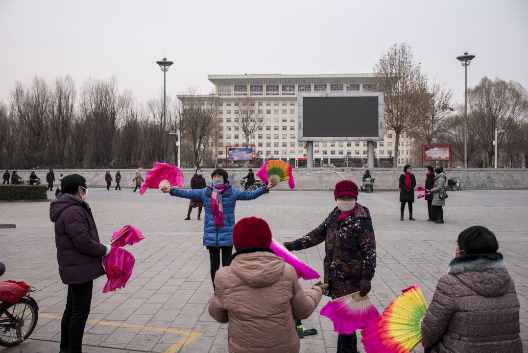 婦女們在雄安政府大樓前的廣場跳舞。