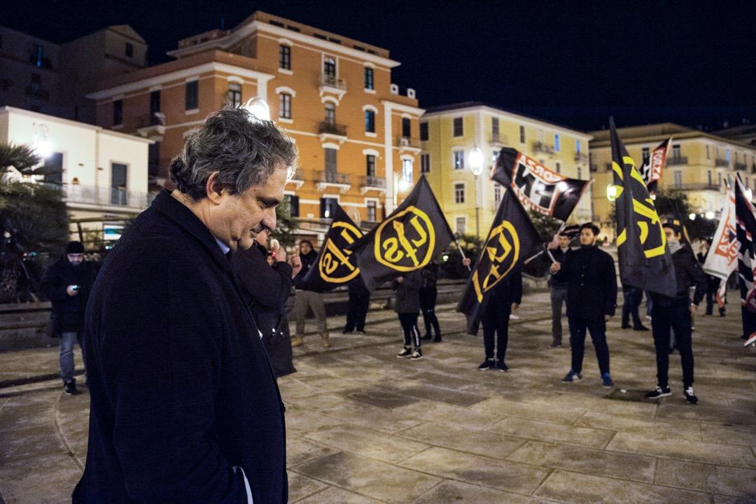 在極右翼和民粹主義浪潮的背景下,意大利議會選舉作為2018年第一場歐洲大國換屆選舉,具有關鍵指標意義。圖為意大利極右翼政黨「力量黨」領袖菲雷奧,在反納粹示威者前走過。