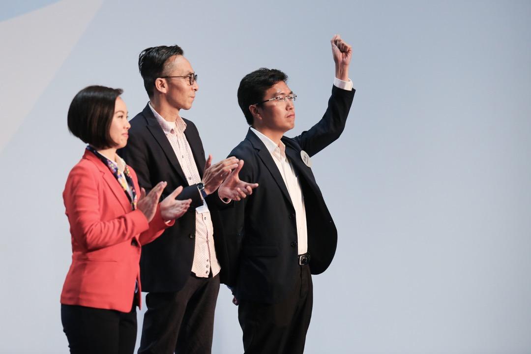 2018年3月12日,香港立法會補選,選舉主任於點票中心宣布港島區候選人區諾軒勝出補選的一刻。 攝:陳朗熹/端傳媒