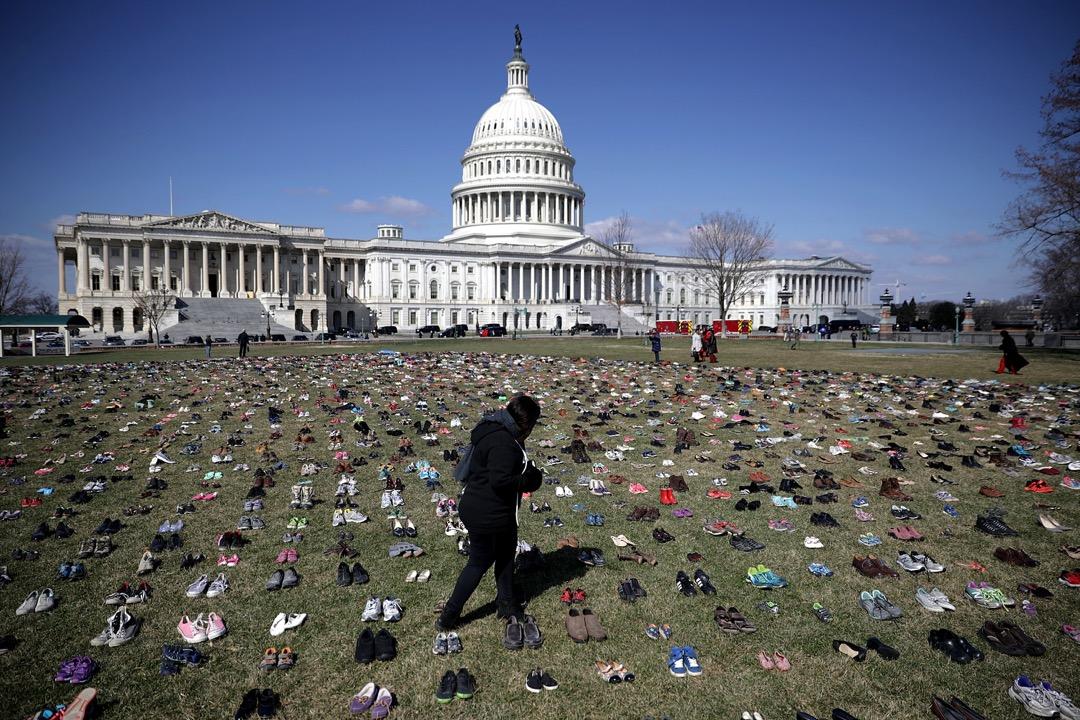 2018年3月13日,網絡組織 Avaaz 策劃行動,將7,000對鞋擺放在美國國會大樓前地,代表自2012年,桑迪·胡克小學校 (Sandy Hook Elementary School) 園槍擊案後,同樣死於槍擊案的7,000名兒童。組織希望透過行動逼使國會通過槍管法案。
