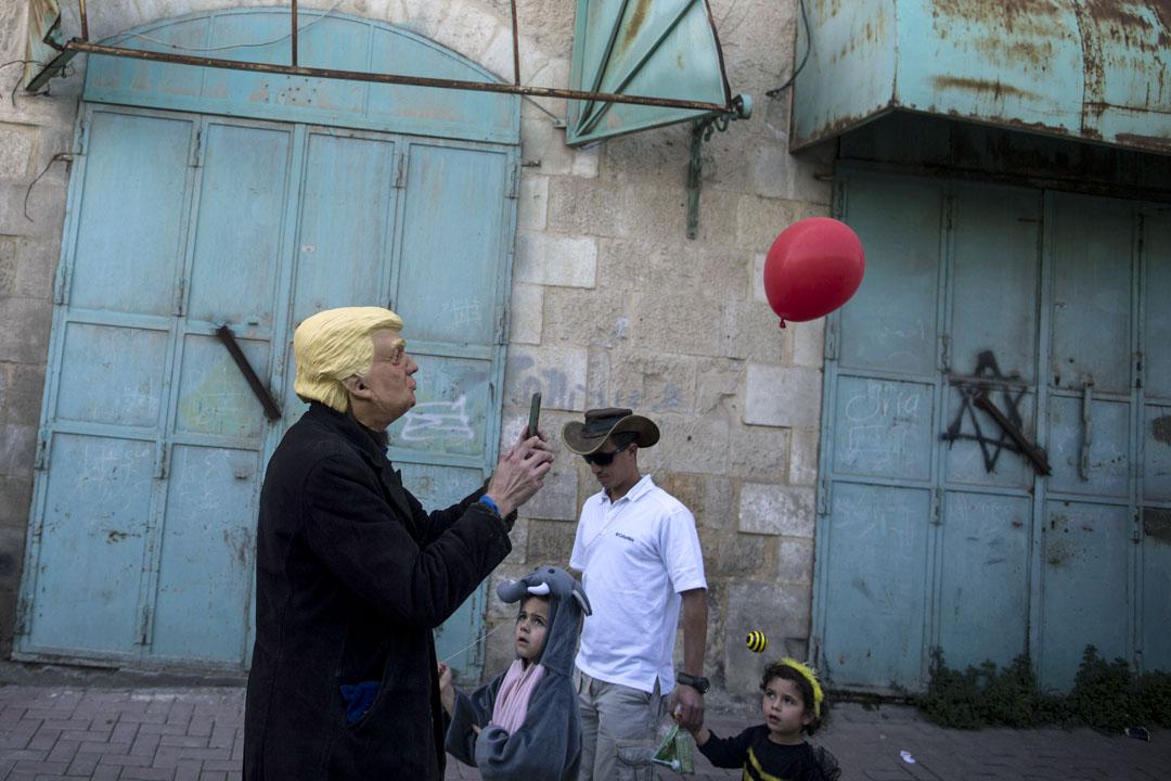 2018年3月1日,西岸地區,一名以色列人戴着美國總統特朗普面具參與猶太節日普珥節的派對巡遊。