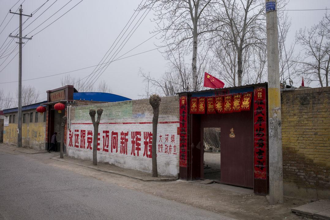 容城到處也有設立河北雄安新區的大字標語,成為那處獨特的景觀。