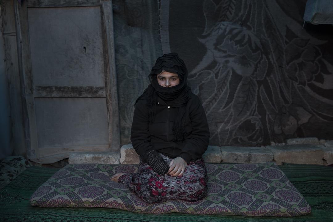 2018年3月7日,敘利亞城鎮阿札茲,23歲的 Saher Mohamed 4年前因內戰失去丈夫,現在與兩名孩子住在鎮附近的難民營裏。