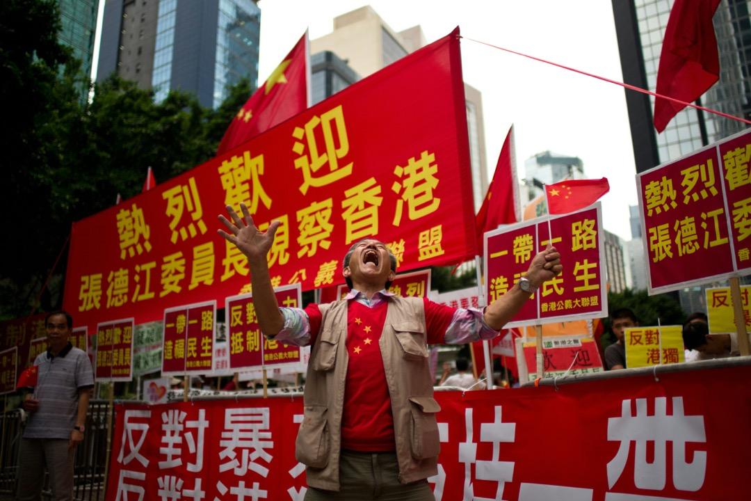 以香港為例,在官方的宣傳中,中國一直是香港基礎資源能源的「提供者」,渲染香港應該對中央「感恩」和「報恩」的語境,並藉此突出香港在民主問題上的抗爭是一種「忘恩負義」的體現。圖為2016年人大委員長張德江訪港,有支持者對「一帶一路」政策表示感恩。