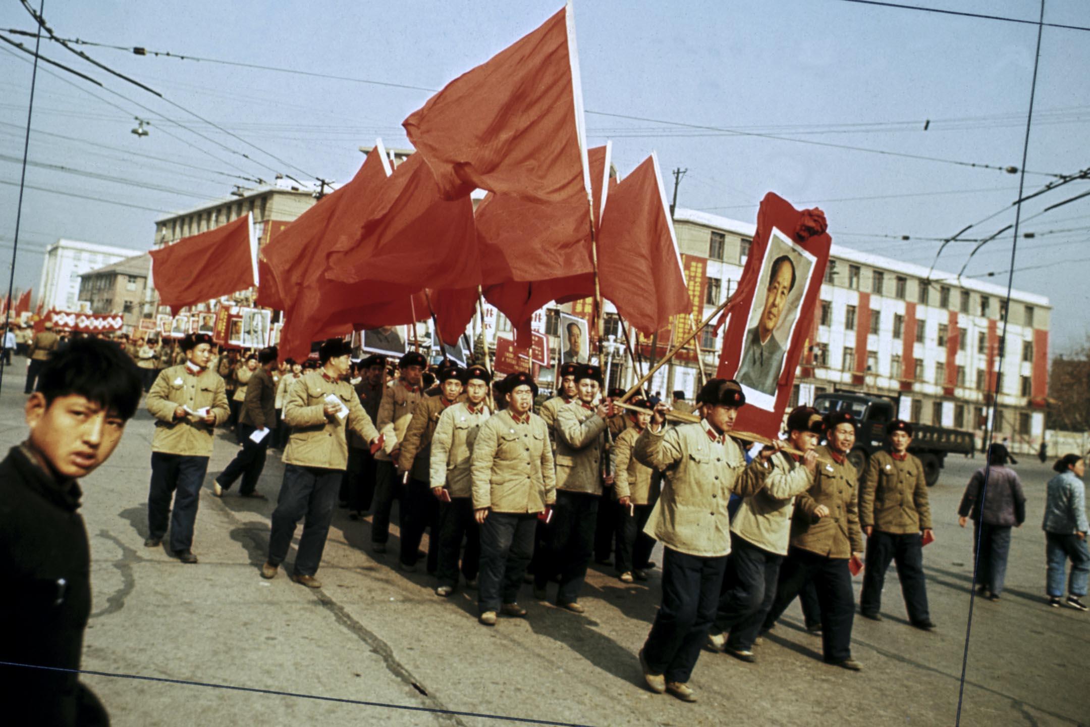 1967年文化大革命期間,紅衛兵在北京的街上遊行,手持毛澤東的肖像和紅旗。 攝:Bettmann / Contributor / Getty Images