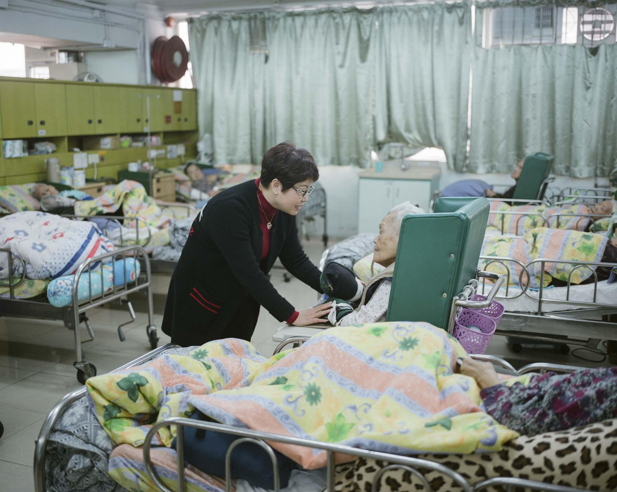香港安老服務協會主席李輝也是私人安老院的老闆,涉足安老院行業已有30年,目前運營7間院舍,由於自己沒有物業,只靠租賃,她最擔心的就是加租。