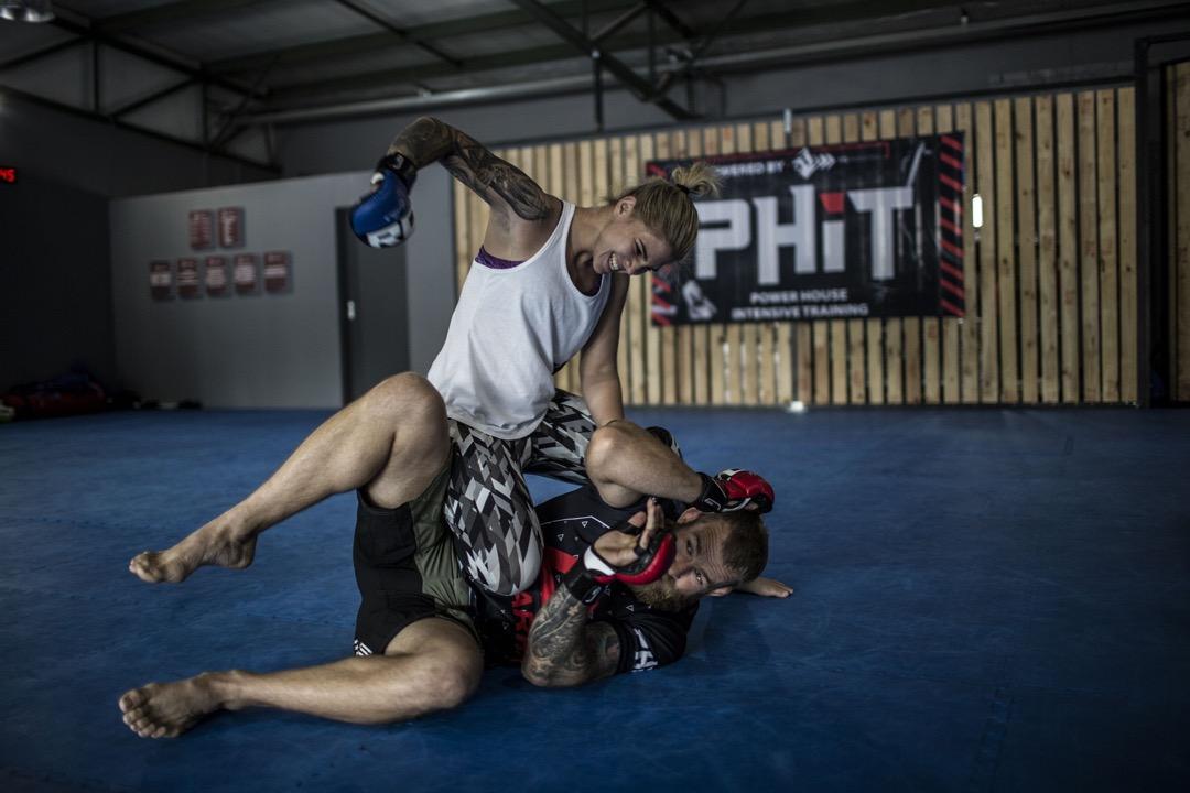 2018年2月28日,南非約翰內斯堡,25歲綜合格鬥選手,首位業餘女子綜合格鬥冠軍 Shana Power 與 EFC 格鬥比賽冠軍 Gareth Mclellan 在拳館裡練習。