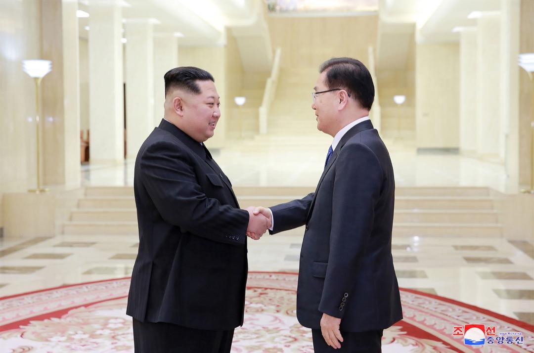 2018年3月5日,南韓特使團抵達平壤後,北韓領袖金正恩接見特使團,並與團長南韓國家安保室室長鄭義溶握手。 攝:KCNA via KNS/AFP/Getty Images