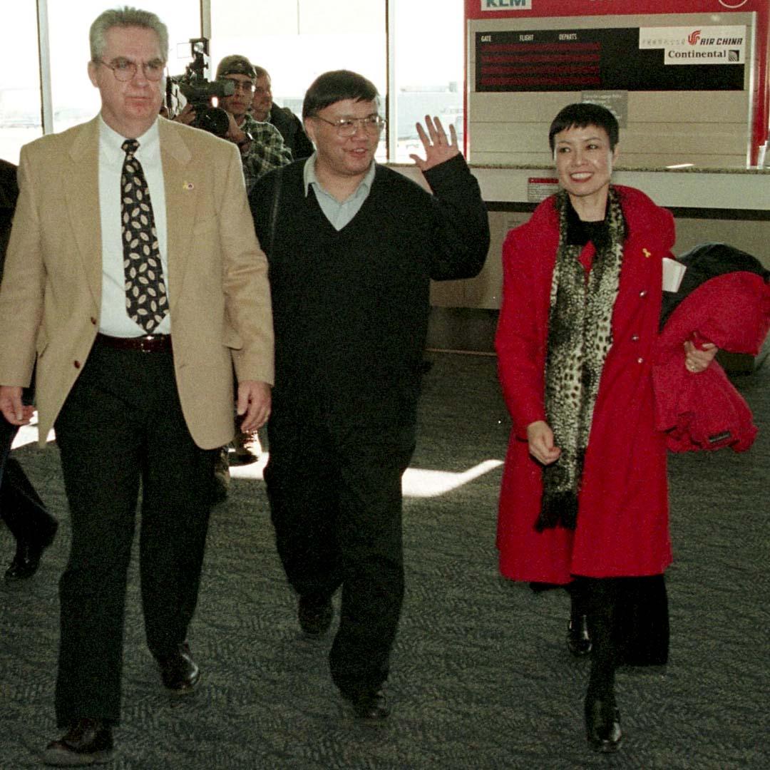 宋永毅1999年回中國徵集紅衛兵小報,作為「文革資料庫」的一部分,結果中共以非法獲取「國家機密」和「不准出境的文件」罪名,將他關押了半年,於2000年1月被釋回到美國。