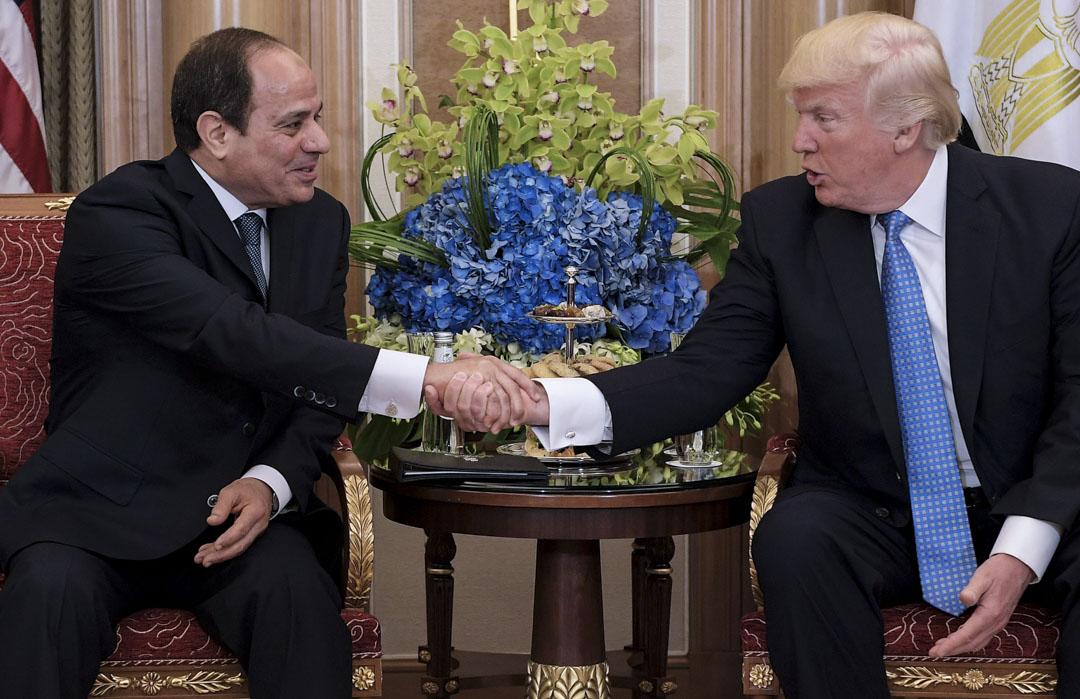 美國與以色列對於軍方傳統出身的人士較為放心,對伊斯蘭主張的兄弟會總是抱有一定戒心。塞西在2017年5月訪問華盛頓時,受到特朗普的表揚,稱「埃及顯得十分安全」。
