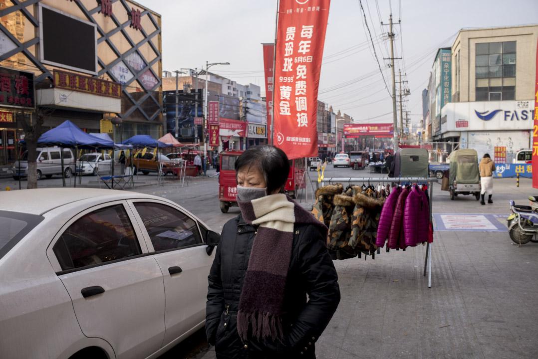 容城是一座以服裝業為經濟支柱的縣城,全縣有1/4人口從事服裝製造。其經濟水平在河北省各縣中排不上名次。