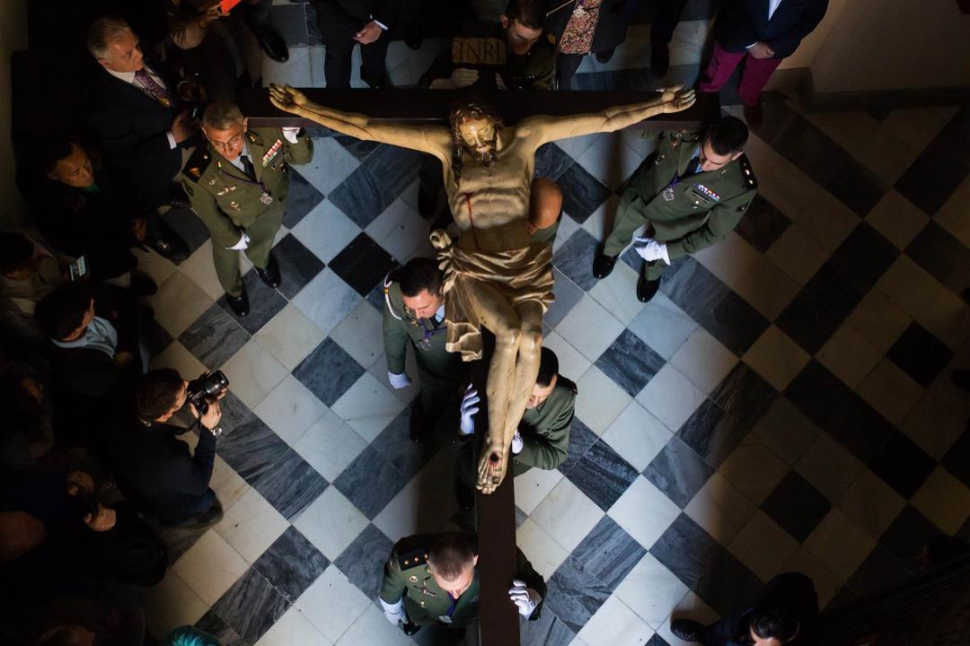 2018年3月28日,西班牙馬拉加,西班牙傘兵旅的 Hermanos Mayores Honorarios 兄弟會成員抬著一個耶穌像參加聖週遊行。