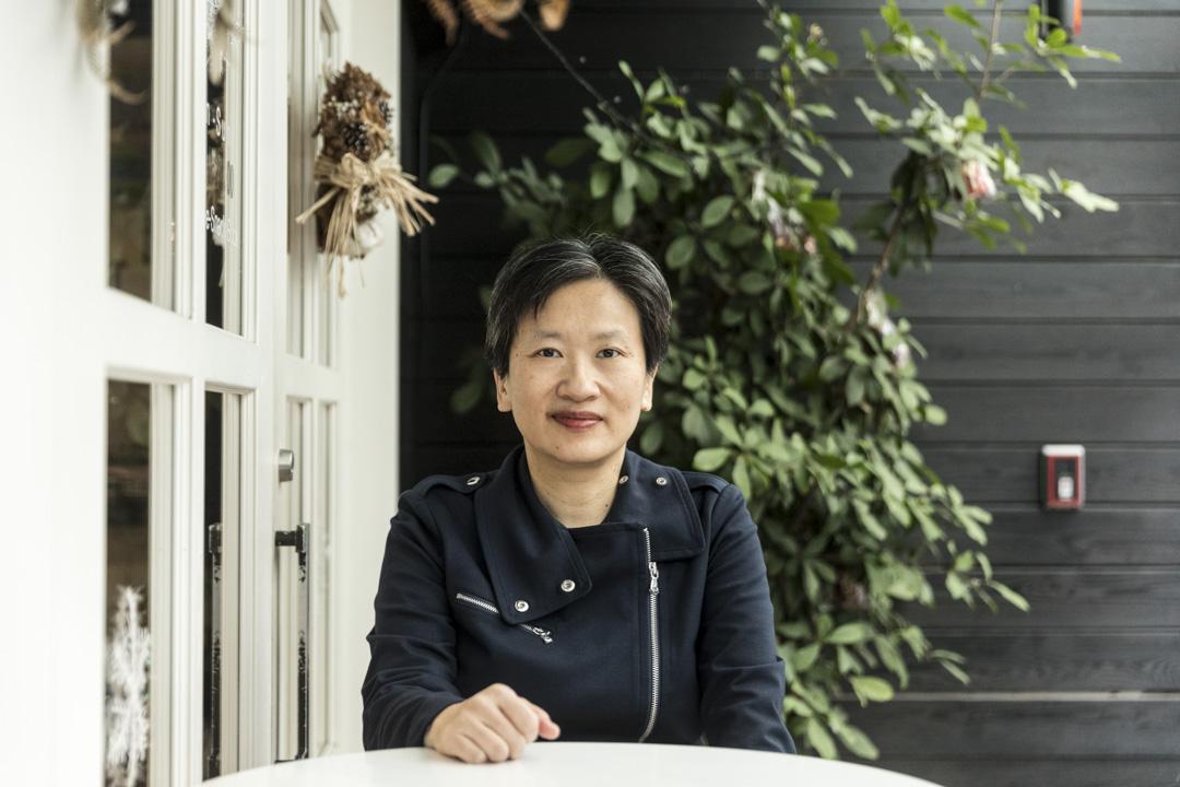 顏擇雅認為,中共其實籌碼有限;在主流意見認定台灣青年學者西進是「笨台政策」時,她反而認為中國在幫著處理台灣錯誤高教政策的某些後遺症。