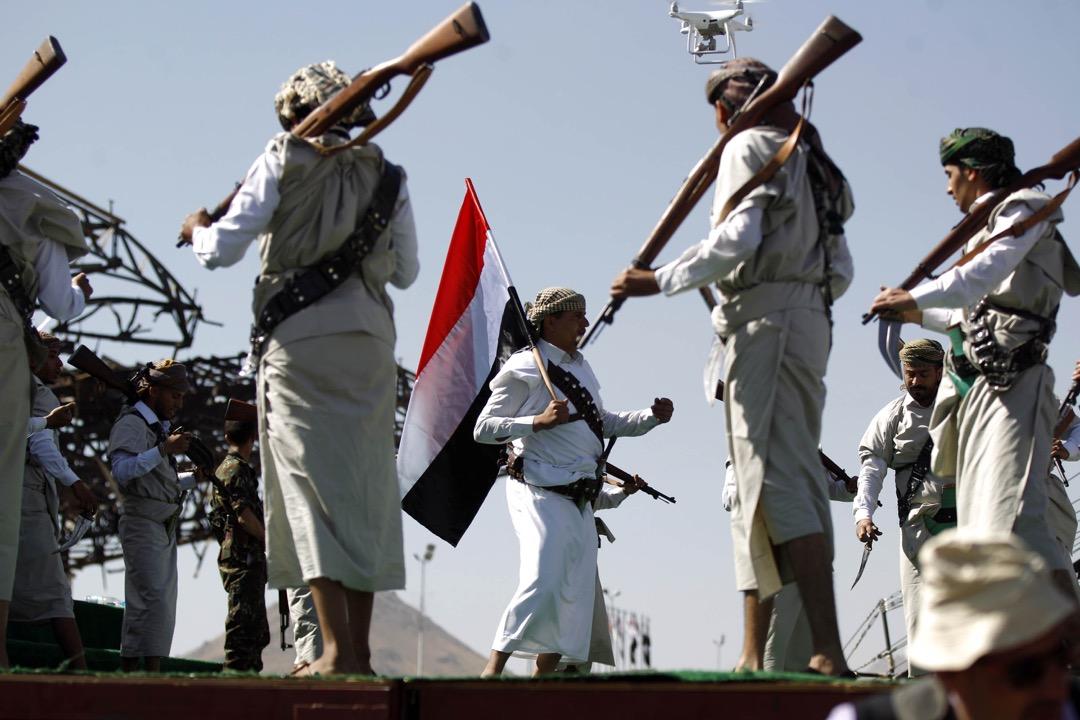 2018年3月26日,也門首都薩那,表演者為內戰三週年跳舞紀念。三年前也門爆發內戰,有伊朗支持的什葉派胡塞武裝組織及其盟友佔據也門多處領土,其後沙特阿拉伯領導軍事聯盟介入內戰,恢復由曼蘇爾哈迪 (Abedrabbo Mansour Hadi) 為首的政權。